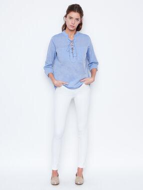 Pantalón vaquero pitillo blanco.