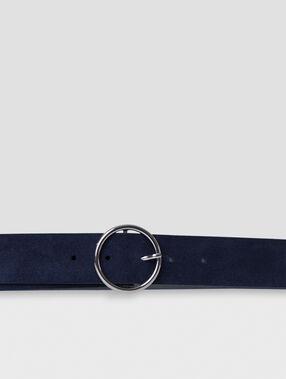 Cinturón con capa de cuero azul marino.