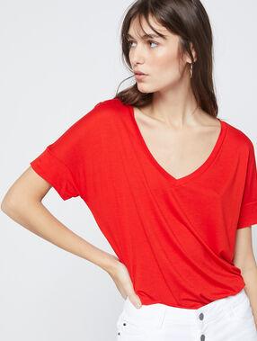 Camiseta manga corta escote en v rojo.