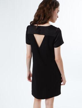 Vestido tipo cóctel escote en v negro.