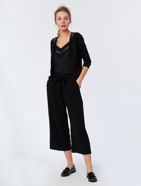 Pantalón con cinturón negro.