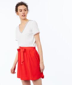Falda con cinturón rojo.