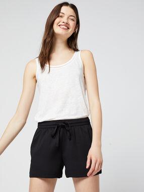 Pantalón corto vaporoso anudado negro.