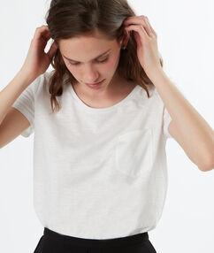 Camiseta cuello redondo con bolsillo crudo.