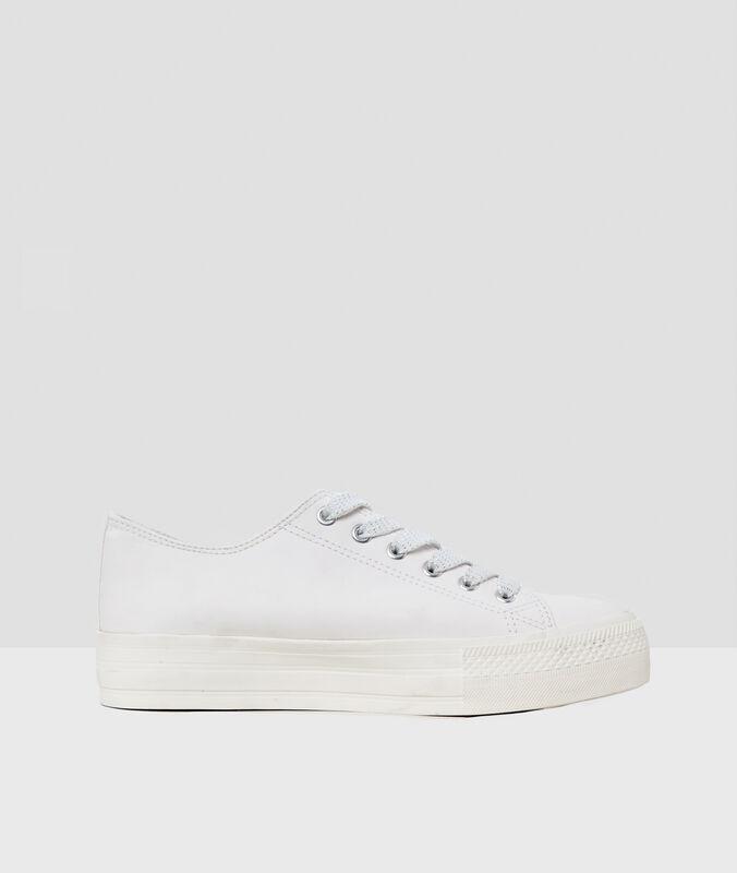Zapatillas con cordones blanco.