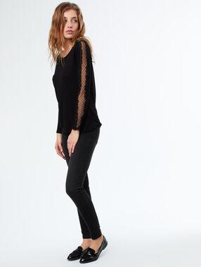 T-shirt manches longues avec empiècement en tulle noir.