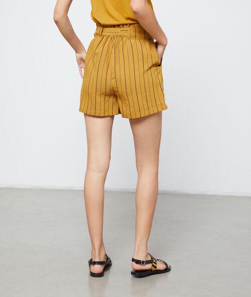 Short con cinturón y rayas