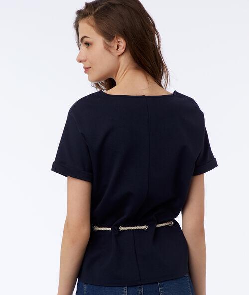 Camiseta ceñida con cinturón tipo cordón