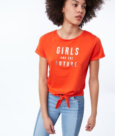 Camiseta con mensaje feminista y lazada naranja.