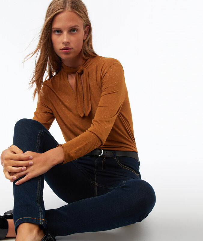 Camiseta manga larga lazada cuello marrón.