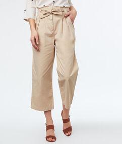 Pantalon large avec ceinture écru.