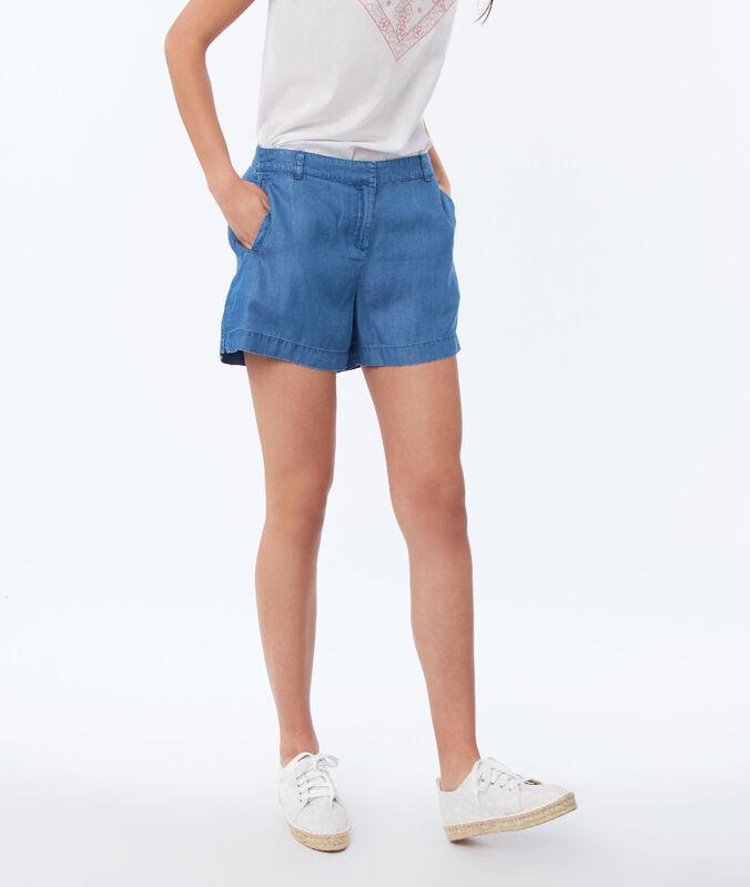 Pantalón corto de tencel azul.