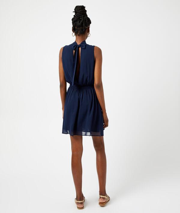 Vestido corto anudado en la espalda