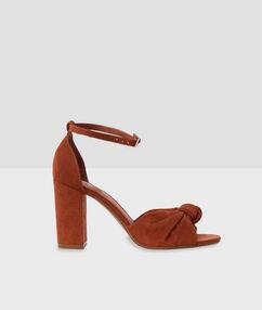 Sandales à talons avec nœud orge.