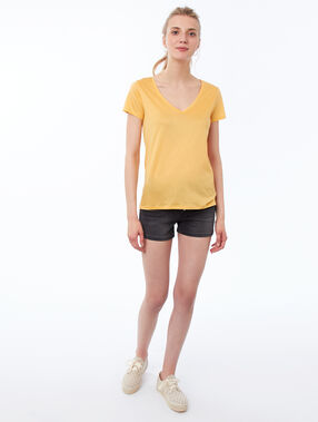 Camiseta lisa escote en v amarillo.