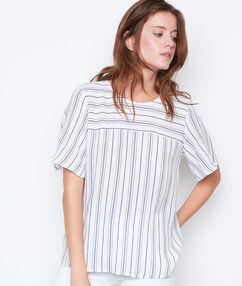Camiseta manga corta estampado a rayas blanco.