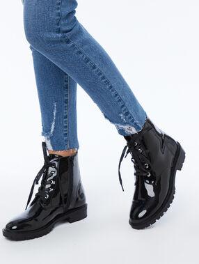 Bottines à lacets noir.