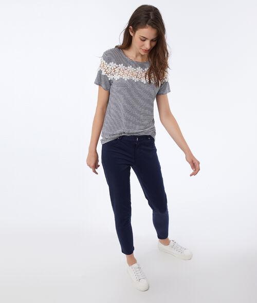 Camiseta estampado rayas y bordados flores