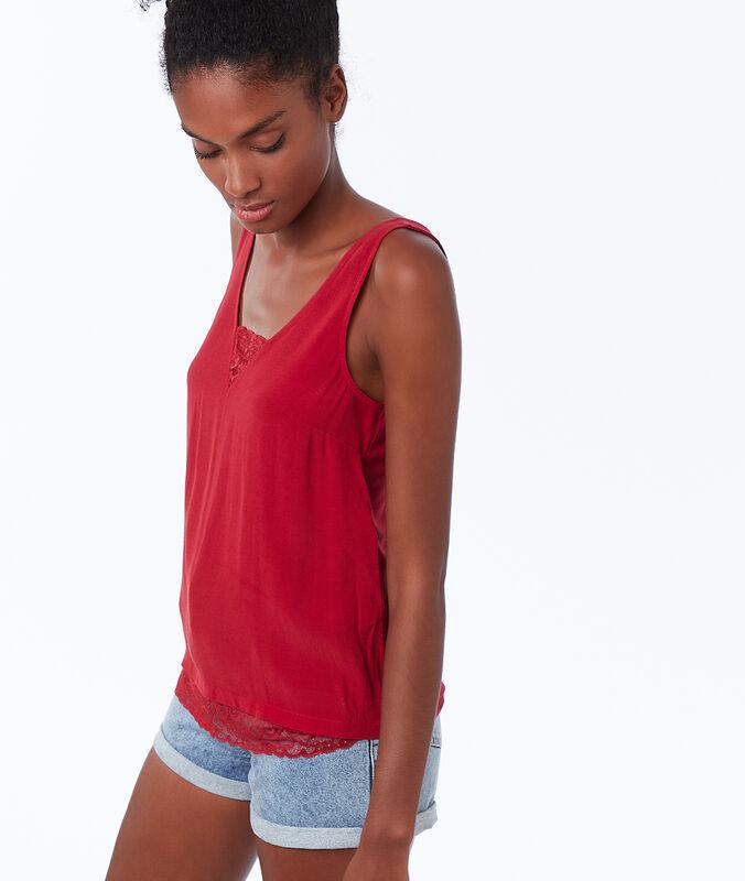 Top algodón con detalles de encaje rojo.