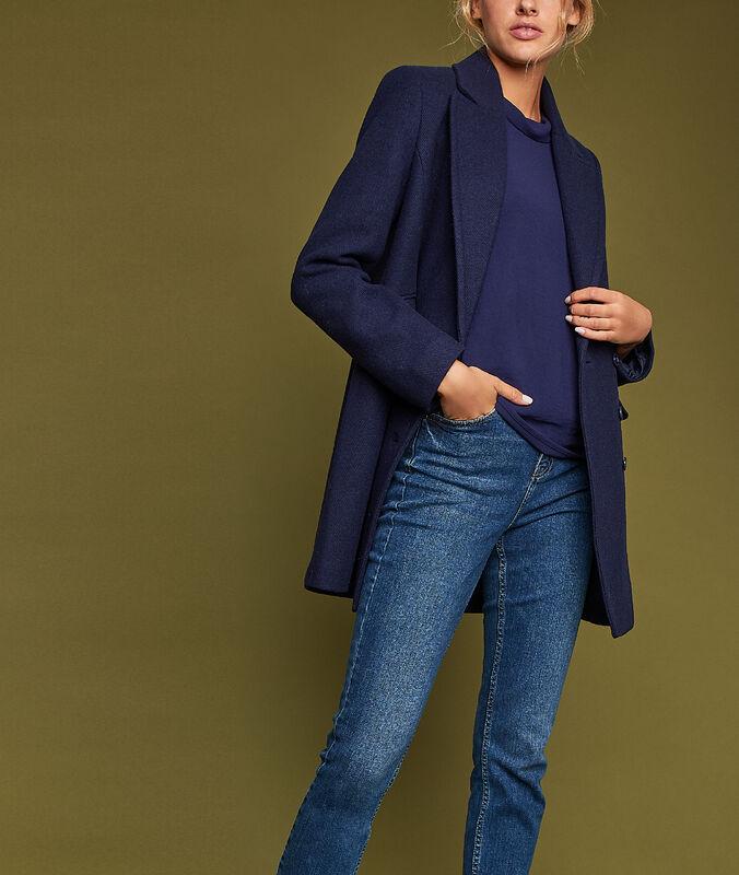Abrigo 3/4 con bolsillos laterales azul marino.
