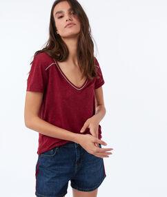 T-shirt col v rose framboise.