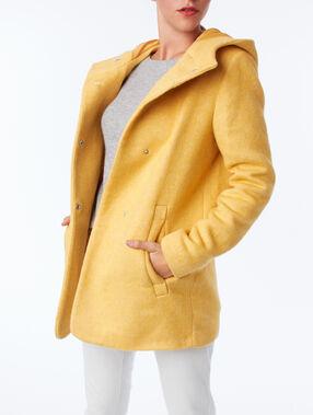 Abrigo con capucha amarillo.
