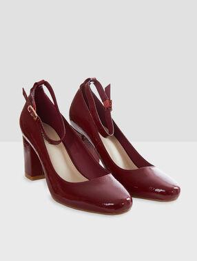 Zapatos tacón con pulsera burdeos.