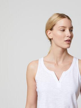 Camiseta escotada cuello tunecino blanco.