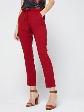 Pantalón alto con cinturón rojo.