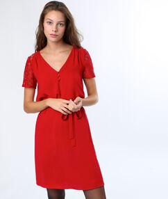 Robe nouée et manches dentelle rouge.