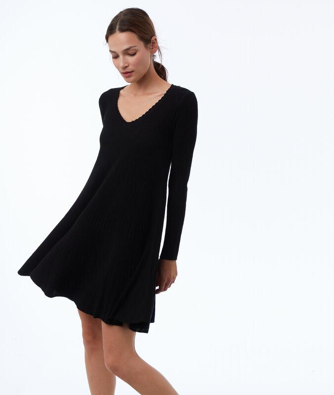 Vestido con relieve negro.