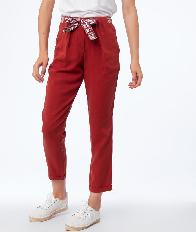 Pantalón tipo zanahoria con cinturón lazada tencel rojo.