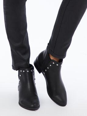Botines con pequeñas tachuelas negro.