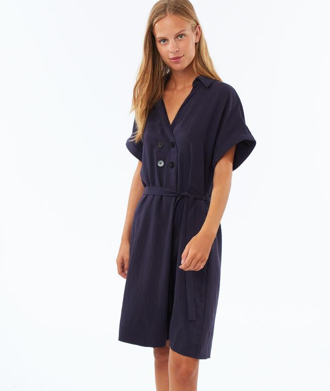 Vestido con botones ceñido con cinturón azul marino.