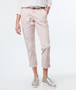 Pantalon carotte ceinturé en coton nude.