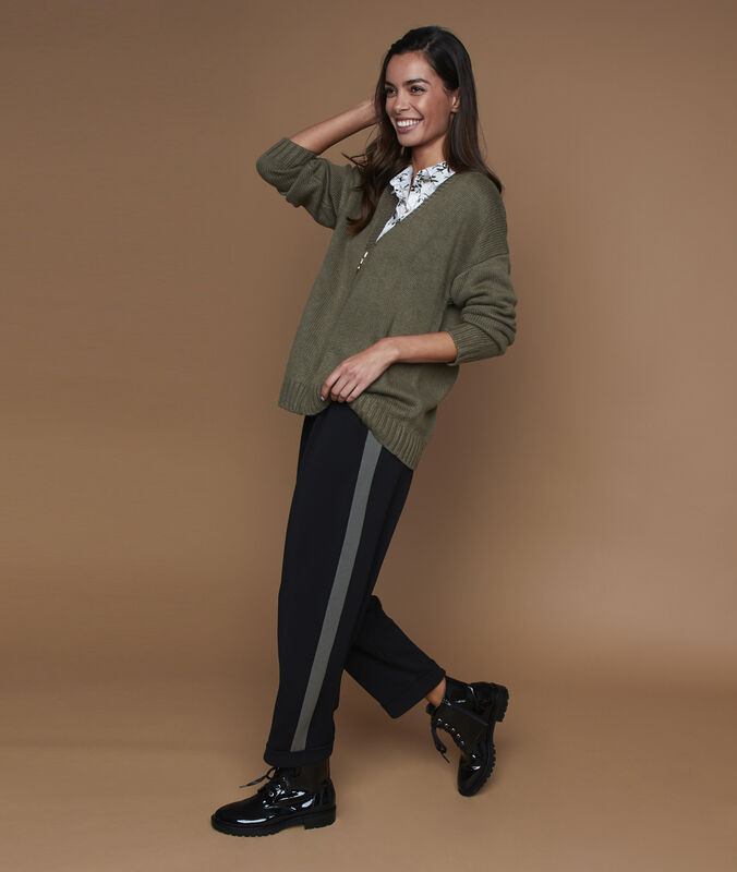 Pantalón corte zanahoria franja lateral negro.