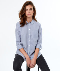 Camisa estampada a rayas azul.