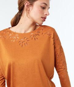 Camiseta cuello barco motivos florales c.ocre.