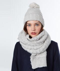 Écharpe tricotée à fibres métallisées gris chine clair.