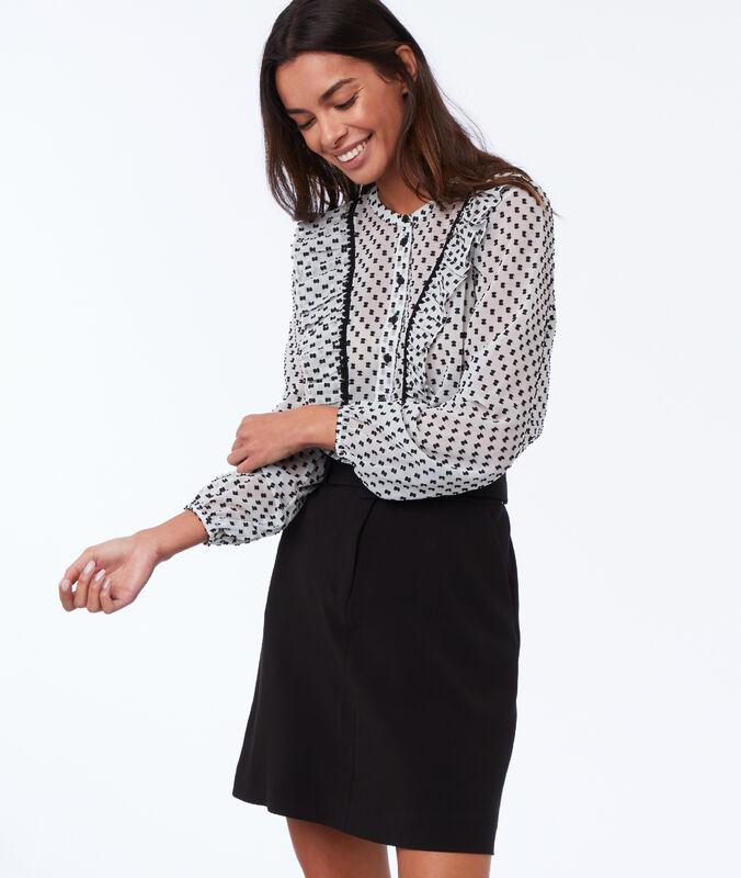 Falda recta con cinturón negro.