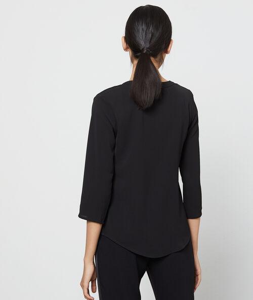 Blusa escotada en guipur