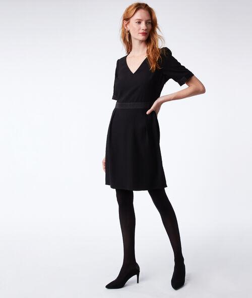 Vestido escote en V detalles de satén