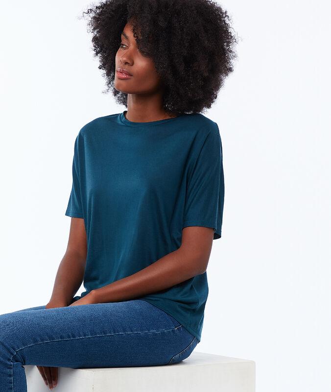 Camiseta cuello barco turquesa.