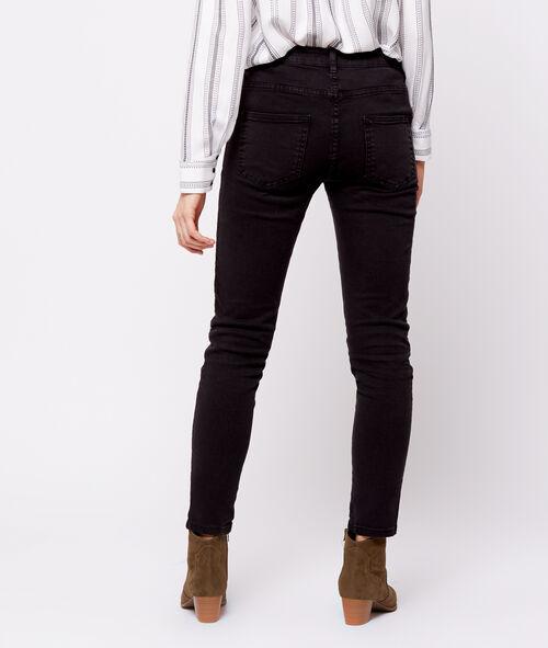 Pantalón estrecho detalle tachuelas