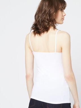 Camiseta de tirantes escotada de encaje crudo.