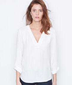 Camisa escote en v blanco.
