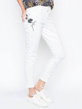 Pantalón estrecho con bordados blanco.