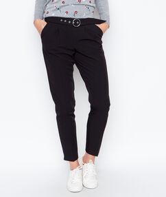 Pantalón entallado con cinturón negro.