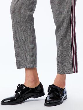 Zapato con cordones acharolado negro.