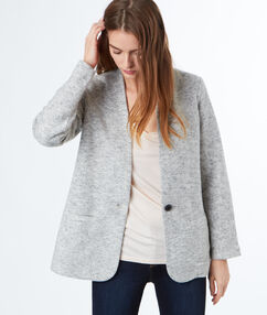Vestido entallado gris claro.